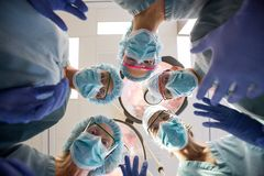 Team With Masks And Scrubs médical multi-ethnique dedans image stock
