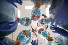 Team With Masks And Scrubs médico multiétnico adentro Imagen de archivo