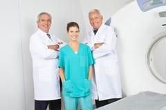 Team med doktorer och sjuksköterskor i radiologi med MRI Arkivbild