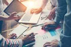 Team Meeting Nueva discusión del plan empresarial Digitaces y papeleo en la tabla foto de archivo