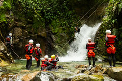 Team Of Mixed People On-Canyoning-Abenteuer Lizenzfreie Stockbilder