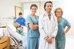 Team With Newborn Baby And médical sûr Image libre de droits