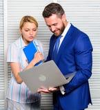 Team o trabalho Igualdade e respeito Conversação entre colegas O chefe e o trabalhador discutem o negócio Relações em fotografia de stock
