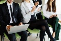 team o trabalho na conferência que senta-se na cadeira e faça a observação Fotografia de Stock