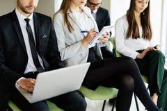 team o trabalho na conferência que senta-se na cadeira e faça a observação Imagem de Stock