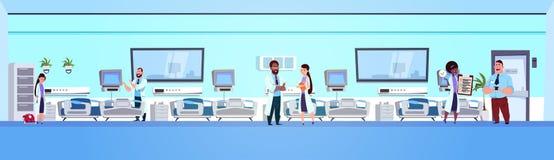 Team Of-octors im Krankenhaus Ward Background Clinic Room Interior mit Bett-horizontaler Fahne Lizenzfreie Stockfotos