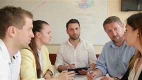 Team Of Office Employees Discussing su un progetto creativo in sala del consiglio Un gruppo di giovane funzionamento del membro d archivi video