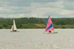 Team os atletas que participam na competição da navigação - raça de iate, regata sailboats Esportes de água recreacionais, esport fotografia de stock