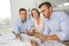Team PFarchitekten, die neue Designe treffen und besprechen Stockfotos