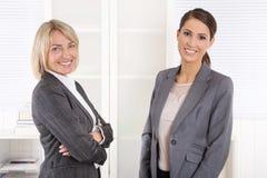 Team Portrait : La femme réussie d'affaires faisant la carrière contrôlent dedans images stock