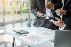 Team Prozess, den Unternehmensberater, der Finanzzahlen denot analysiert Stockbild