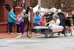Team Pushes Bed Of Moses na raça anual do Fundraiser fotos de stock royalty free