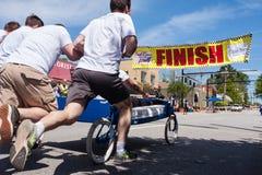 Team Pushes Bed On Wheels para o meta da raça Imagens de Stock Royalty Free