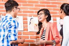 Team in reclamebureau die beelden kiezen Royalty-vrije Stock Foto