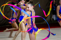 Team Rhythmic Gymnastics agerar med band Arkivbilder