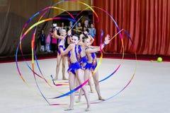 Team Rhythmic Gymnastics agerar med band Arkivfoto