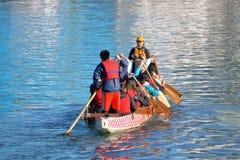Team Rowers et entraîneur en Dragon Boat Image libre de droits