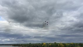 Team Russian Knights Aerobatic no festival aéreo mundial em Barnaul, Rússia video estoque