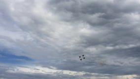 Team Russian Knights Aerobatic no festival aéreo mundial em Barnaul, Rússia filme