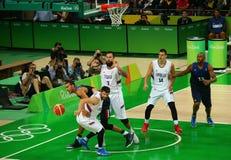 Team Serbia no branco e equipe França na ação durante o fósforo de basquetebol do grupo A do Rio 2016 Jogos Olímpicos Imagem de Stock