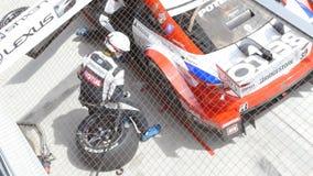 Team Service mit Rennwagen anzeigen an die Super-GT Reihe 2015 Autobacs stock video