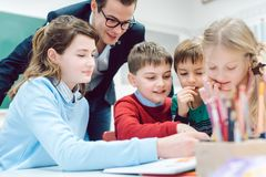 Free Team Session In School Class With All Students Working Together Stock Photography - 145685202