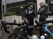 Team Sky chief Dave Brailsford talks to cyclist Mikel Landa Stock Photo