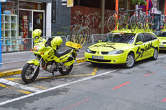 Team Spiuk Motorcycle And Bikes op de Team Car In The Narrow-Straten van Alicante stock foto