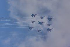 Team ST PETERSBURG, RUSSLANDS Aerobatic ` Swifts-` und ` Russeritter ` Flugzeuge SU-30 und MiG-29 ` Lizenzfreie Stockfotos