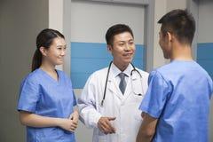 Team Talking In Hospital medico Immagini Stock Libere da Diritti