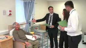 Team Talking Too Senior Patient medico che ha chemioterapia stock footage