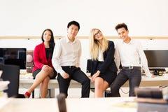 Team In Their Office creativo joven Imágenes de archivo libres de regalías