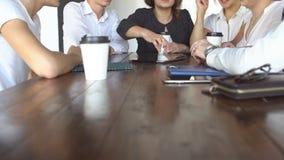 Team Together Drinking Coffee Holding joven creativo una tableta que discute un negocio en línea del café del trabajo en equipo d almacen de video