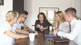 Team Together Drinking Coffee Holding joven creativo una tableta que discute un negocio en línea del café del trabajo en equipo d almacen de metraje de vídeo