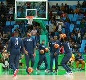Team United States aquece-se para a harmonia de basquetebol do grupo A entre a equipe EUA e Austrália do Rio 2016 Jogos Olímpicos Foto de Stock