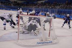 Team United States Blue nell'azione contro Team Slovenia durante il gioco rotondo preliminare del hockey su ghiaccio del ` s degl Immagine Stock Libera da Diritti