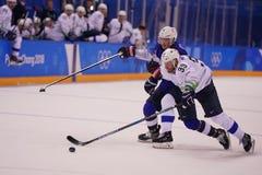 Team United States Blue nell'azione contro Team Slovenia durante il gioco rotondo preliminare del hockey su ghiaccio del ` s degl Fotografie Stock