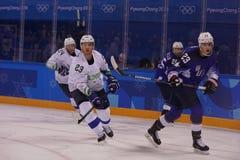 Team United States Blue nell'azione contro Team Slovenia durante il gioco rotondo preliminare del hockey su ghiaccio del ` s degl Fotografia Stock