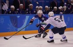 Team United States Blue nell'azione contro Team Slovenia durante il gioco rotondo preliminare del hockey su ghiaccio del ` s degl Fotografie Stock Libere da Diritti