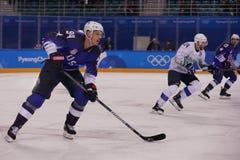 Team United States Blue nell'azione contro Team Slovenia durante il gioco rotondo preliminare del hockey su ghiaccio del ` s degl Immagini Stock Libere da Diritti