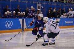 Team United States Blue nell'azione contro Team Slovenia durante il gioco rotondo preliminare del hockey su ghiaccio del ` s degl Immagine Stock