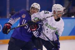 Team United States Blue nell'azione contro Team Slovenia durante il gioco rotondo preliminare del hockey su ghiaccio del ` s degl Fotografia Stock Libera da Diritti