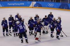 Team United States dopo la partita contro Team Slovenia nel gioco rotondo preliminare del hockey su ghiaccio del ` s degli uomini Fotografie Stock