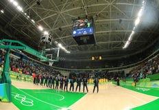 Team United States durante himno nacional antes del partido de baloncesto del grupo A entre el equipo los E.E.U.U. y Australia de imagen de archivo libre de regalías