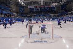 Team United States durante il riscaldamento prima del gioco rotondo preliminare del hockey su ghiaccio del ` s degli uomini contr Immagine Stock
