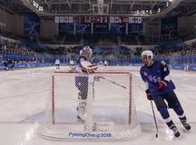Team United States durante il riscaldamento prima del gioco rotondo preliminare del hockey su ghiaccio del ` s degli uomini contr Fotografia Stock
