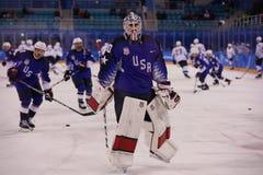 Team United States durante il riscaldamento prima del gioco rotondo preliminare del hockey su ghiaccio del ` s degli uomini contr Fotografia Stock Libera da Diritti
