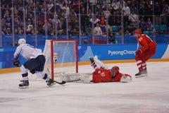 Team United States nel bianco nell'azione contro Team Olympic Athlete dal gioco rotondo preliminare del hockey su ghiaccio del `  Immagine Stock