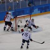 Team United States nell'azione contro Team Olympic Athlete dal gioco rotondo preliminare del hockey su ghiaccio del ` s degli uom Fotografie Stock