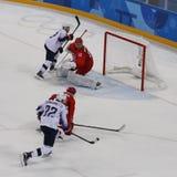 Team United States nell'azione contro Team Olympic Athlete dal gioco rotondo preliminare del hockey su ghiaccio del ` s degli uom Immagini Stock